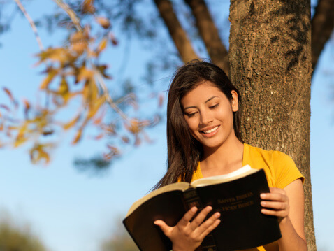 moça-lendo-biblia
