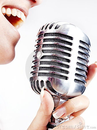 mulher-que-canta-no-microfone-retro-23314479